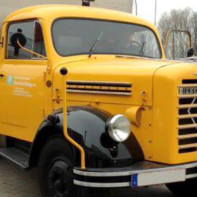 Neulackierter Oldtimer LKW auf dem Firmengelände der Autolackiererei Wirtz in Hamm.