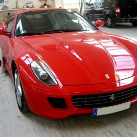 Neulackierter Ferrari auf dem Firmengelände der Autolackiererei Wirtz.