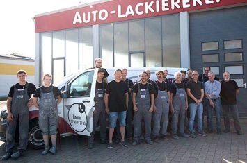 Das Team der Autolackiererei Wirtz vor der Lackiererei in Hamm.