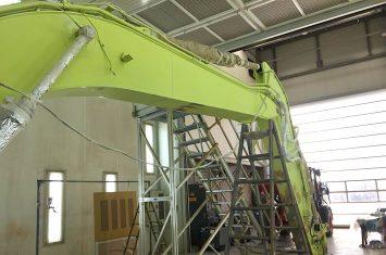 Umlackierung eines 320E Caterpillar Kettenbaggers in CAT Gelb.