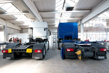 Zwei LKW's in der Autolackiererei Wirtz in Hamm.