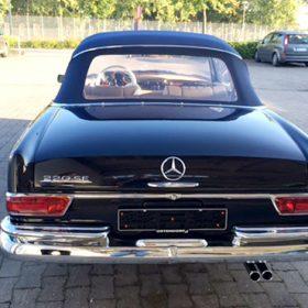 Neulackierter Mercedes 220SE auf dem Firmengelände der Autolackiererei Wirtz.